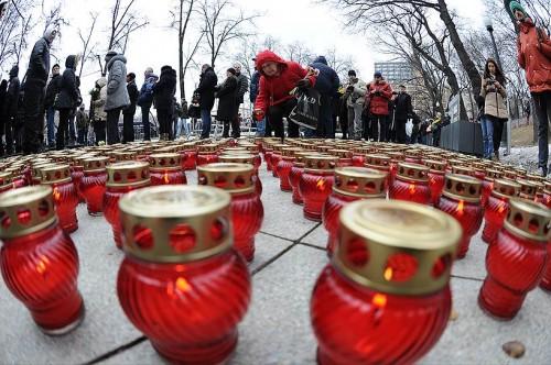 Люди несли с собой цветы и свечи. Фото: Юрий Мартьянов / Коммерсантъ