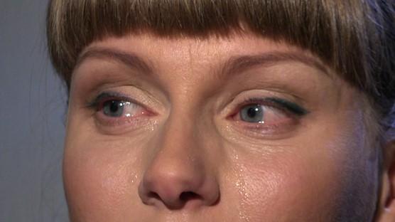 Рассказывая о Немцове, девушка не могла сдержать слез