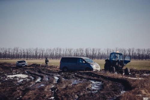 Трактор вытаскивает микроавтобус, застрявший на пути в «Азов-Сити»