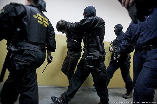 В зал суда их заводил спецконвой ФСБ в масках – с заведенными за спину руками, как особо опасных преступников. Фото с сайта news.pn