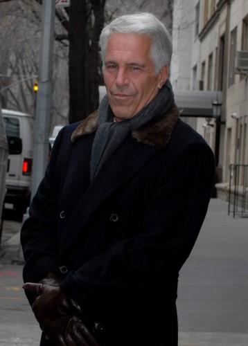 Джеффри Эпштейн больше года провел в тюрьме за привлечение несовершеннолетних девушек к занятию проституцией