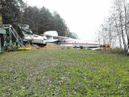 После неудачной «парковки» самолет президента латали прямо на берегу.Фото: Собеседник