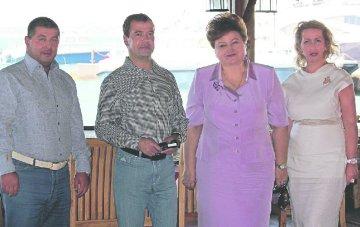 Утверждая, что Зиринов (первый слева) непричастен к убийствам, адвокат Ставицкая тем самым будет защищать и имя премьер-министра Медведева (фото сделано летом 2011 года в комплексе «Золотая бухта»).Фото: Новая газета