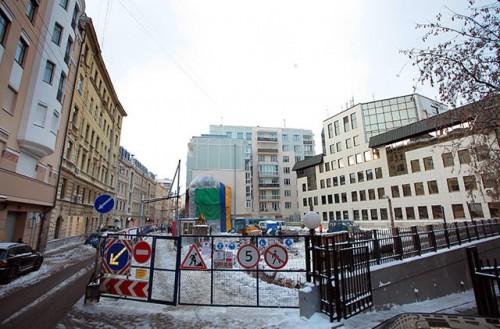 Строительство гостиницы в Малом Козихинском переулке, застройщиком которой является ООО «Студия ТРИТЭ» Фото: Александр Вайнштейн / Коммерсантъ