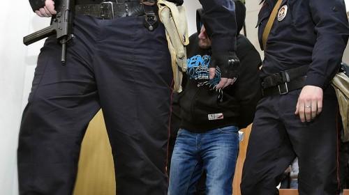 Алиби обвиняемому обеспечила подруга, которая, по ее показаниям, провела с ним двое суток в московской квартире после убийства господина Немцова. Фото: Дмитрий Лебедев / Коммерсантъ.