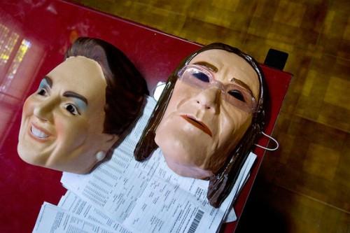 Коррупционный скандал с госкомпанией Petrobras произвел столь сильное впечатление на бразильцев, что маски экс-гендиректора компании Марии Дас Грасиас Фостер (на фото справа) и президента Бразилии Дилмы Руссефф (слева) стали хитами карнавала D.Galdieri / Bloomberg