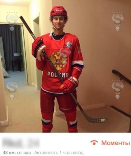 На другом снимке молодой бизнесмен предстал перед претендентками на его сердце в хоккейной форме сборной России