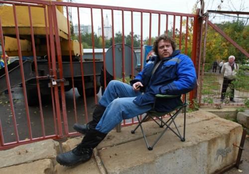 «Я объявляю голодовку в знак протеста против беспредела рейдеров, которые не дают мне достроить «Кутузовскую милю» и каждую неделю предпринимают попытки ее захвата. Голодовка будет продолжаться, пока не закончится этот беспредел», — сообщил Полонский 23 сентября 2011 года в своем дневнике в ЖЖ. Правда, голодал бизнесмен недолго, 6 дней, внезапно закончив свой протест белым стихотворением «Правда=Победа. Окончание». «Все, что мы хотели сказать, — мы сказали. Все те, кто хотел узнать, — узнали. Кто хотел понять — понял. Кто мог понять — понял», — написал бизнесмен и попросил не беспокоить его две недели. Возможно Полонский прекратил голодовку, чтобы бороться за свой строительный объект силой. Как следует из видеороликов, выложенных тогда в интернет неизвестными сотрудниками фирмы Полонского, он бросался под колеса КамАЗа, ругался и настойчиво и нецензурно просил по телефону приехать некоего «Аркашу». В прессе высказывалось предположение, что речь шла о помощнике президента Аркадии Дворковиче.