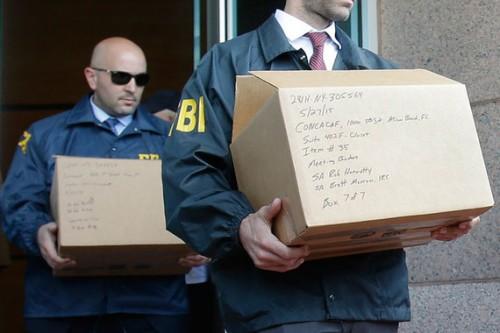 Сотрудники ФБР 27 мая футбольных чиновников не задерживали. Но они назвали имена задержанных в Швейцарии и провели выемки документов в офисе CONCACAF. Wilfredo Lee / AP