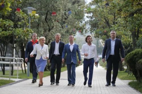 Глава Крыма Аксенов (крайний справа) старается держать шаг с премьером Медведевым. Фото: РИА Новости