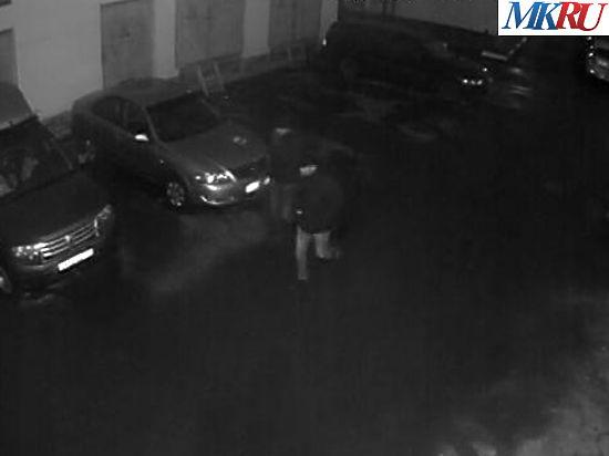 Подозреваемые проходят мимо дома 30 корпус 3 по Трубниковскому переулку вглубь двора.Фото: МК
