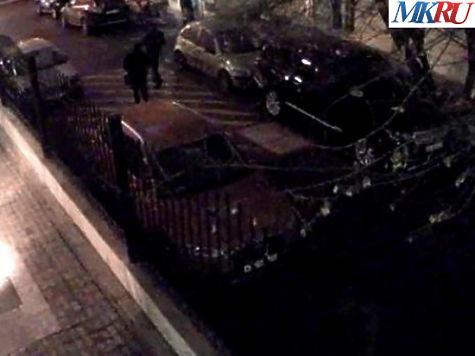 Подозреваемые проходят по двору в сторону Борисоглебского переулка. Фото: МК
