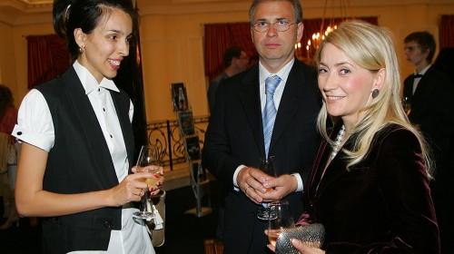 Экс-министр финансов Подмосковья Алексей Кузнецов (в центре) с супругой Жанной Буллок. Фото: КоммерсантЪ