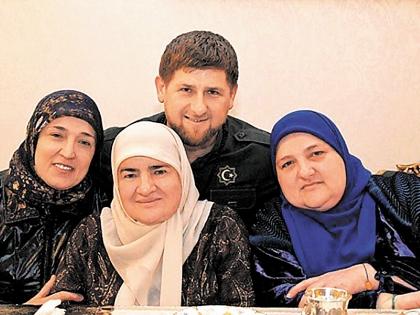 Мама (в центре) и родные сестры Кадырова. Фото: Инстаграм