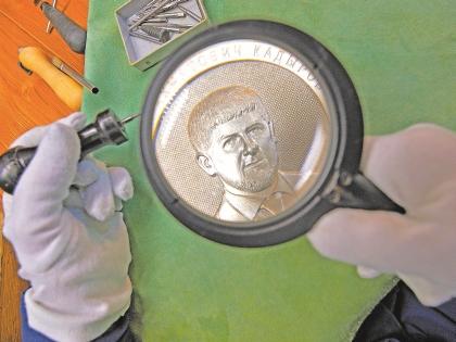 Именная серебряная медаль весит 1 кг. Фото: РИА Новости