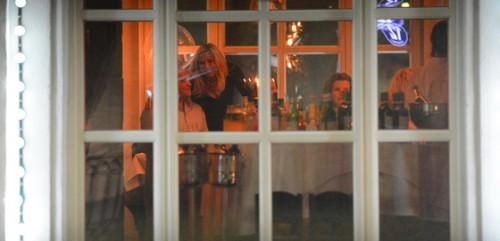 На протяжении всего вечера Марина Юдашкина перемещалась вдоль длинного стола, уделяя внимание каждому гостю