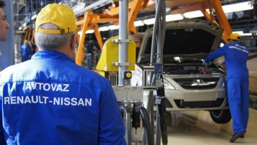 Автомобиль на сборочном конвейере завода ОАО АвтоВАЗ в Тольятти.