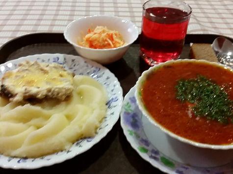 Стандартный поднос с комплексным обедом в министерской столовой рассчитан скорее на мужской желудок.Фото: Татьяна Антонова