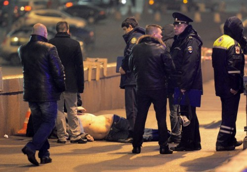 Правоохранительные органы не смогли найти двух свидетелей убийства Бориса Немцова. Они находились буквально в паре метров от места расстрела политика.