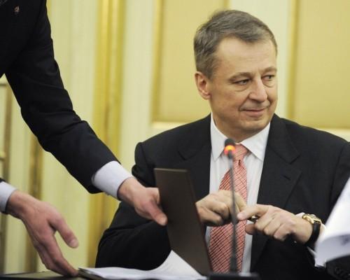Президент «Башнефти» Александр Корсик получил письмо от первого вице-президента «Лукойла» Равиля Маганова, сообщившего о намерении «Лукойла» получить согласие Федеральной антимонопольной службы на приобретении более 25% «Башнефти»
