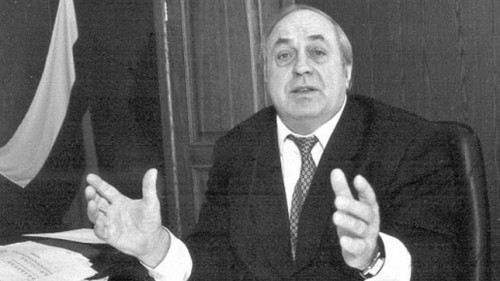 За границей, где находится Владимир Махлай, он пишет обидчикам письма, называя их «бандой», а случившееся — «переворотом ГКЧП»