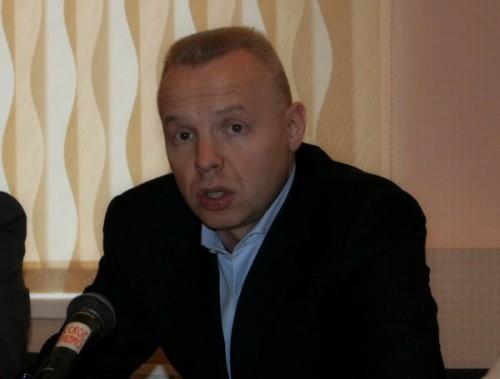 Дмитрий Мазепин, начав в 2004 году создавать «Уралхим», скупал комбинаты на заемные средства. К кризису 2009 года у него образовался долг на $1,4 млрд. Оказавшись в стесненных обстоятельствах, он решил избавиться от доли в ТоАЗе и договорился о продаже с офшором Belport Development Ltd.