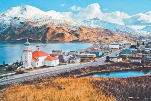 Маленький посёлок стоит под угрюмым северным небом на берегу холодного залива, а живут в нём всего-то 800 человек.