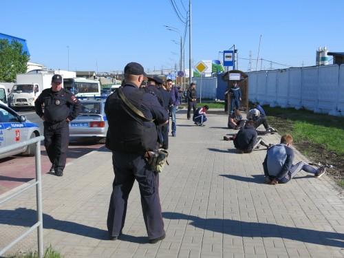 Задержанные, в том числе — славянской внешности. Фото: Ирек Муртазин / «Новая газета»