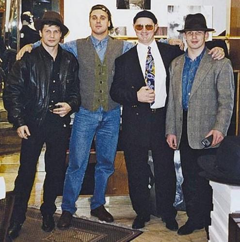 На фото (слева направо): Андрей Пылев (Карлик; в тюрьме), Сергей Ананьевский (Культик, убит в 1996 году), Григорий Гусятинский (Гриша Северный; убит в 1995 году) и Сергей Буторин (Ося; получил пожизненное заключение)
