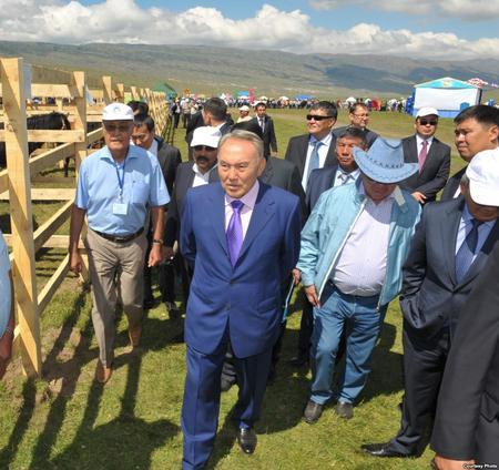 Нурсултан Назарбаев (на переднем плане) с братом Болатом (в шляпе)