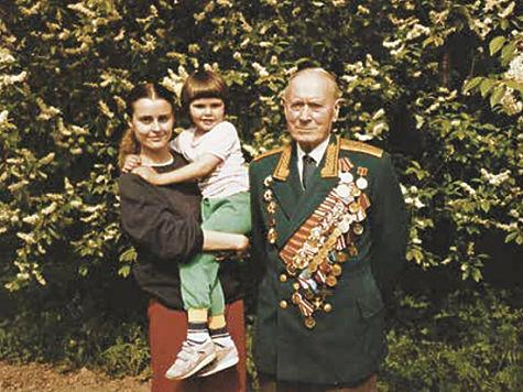 С внучкой Верой, которая нашла архивы, и правнучкой Катей на даче. Одна из последних фотографий. 1989 год