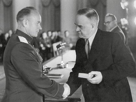 Н.М.Шверник вручает орден Ленина. Москва, сентябрь 1952 года.