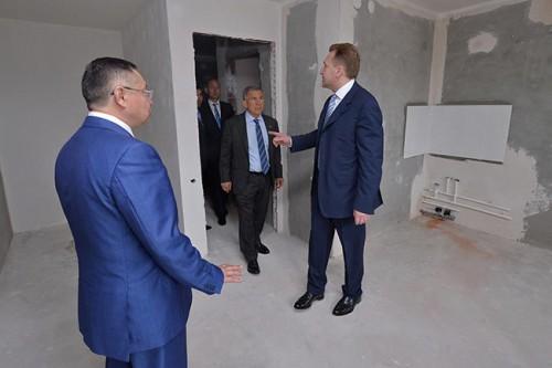 Первый вице-премьер Игорь Шувалов и президент Татарстана Рустам Минниханов осматривают экономичное жилье в Казани, 6 июня 2016 года Фото: Sputnik / Scanpix / LETA