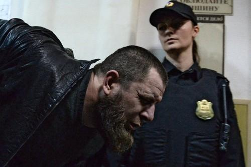 Темирлан Эскерханов Следствие считает, что Эскерханов собирал информацию о Немцове в интернете и после убийства помог скрыться остальным фигурантам. Как и Дадаев, Эскерханов жаловался, что его пытали оперативники. Он утверждает, что ему поджигали бороду, затягивали наручники так, что он не чувствовал пальцев, и фотографировали его в голом виде