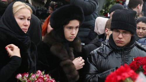 Телеведущая Екатерина Одинцова с дочерью Диной и сыном Антоном Немцовыми возлагают цветы на месте убийства политика Бориса Немцова на Большом Москворецком мосту