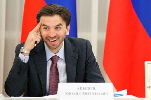 По одной из версий, и в большой бизнес, и в энергетику Михаил Абызов смог войти благодаря известному новосибирскому политику, депутату, а позже сенатору Ивану Старикову, помощником которого недолго он работал