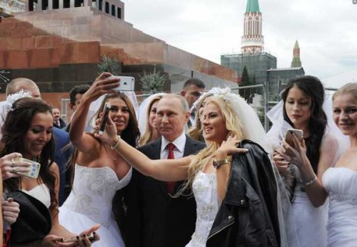 Владимир Путин фотографируется с невестами на Красной площади
