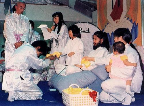"""Лидер и основатель японской секты """"Аум Сенрикё"""" Секо Асахара с членами секты. Фото: © РИА Новости"""