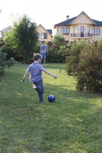 Дмитрий и Даня играют во дворе загородного дома. Фото из личного архива