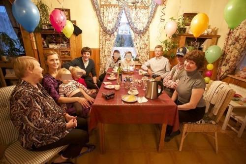 Елена с детьми, Дмитрий и Иван Чернов за семейным столом. Фото из личного архива