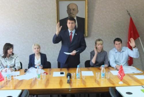В крови Олега Лебедева течет коммунистическая кровь, говорит его официальная биография
