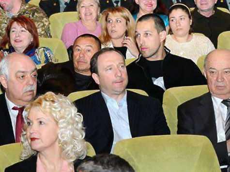 На фотографии: в первом ряду в центре — бывший харьковский губернатор Игорь Райнин, слева от него — экс-прокурор Стороженко. За спиной — харьковский «авторитет» по кличке Князь.