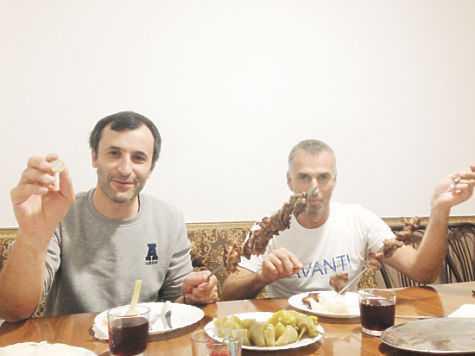 Абдулла (слева) и его друзья под шашлык пьют красное - в качестве него вишневый сок. фото: Елена Мильчановска
