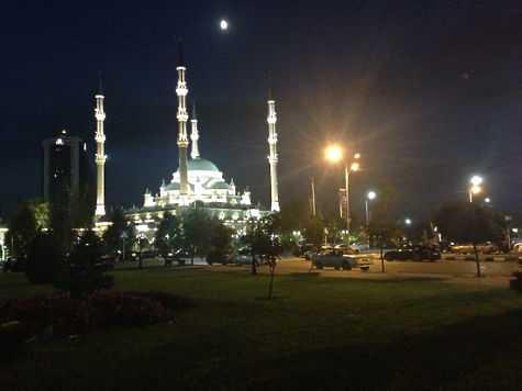 В самом центре Грозного, прямо напротив мечети «Сердце Чечни», находится единственное на всю республику место, где открыто наливают после заката.фото: Елена Мильчановска
