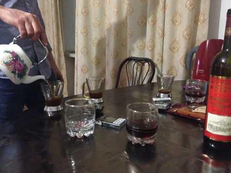 Нелегальный алкоголь в Грозном — настоящая отрава, поэтому ничего крепче чая здесь обычно и не пьют. фото: Елена Мильчановска