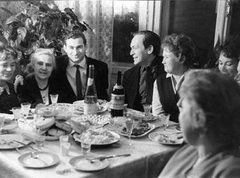 Отец будущего олигарха Аркадий Абрамович (третий слева) всегда был душой компании. Сыктывкар, середина 1960-х