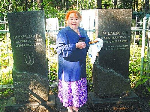 Галина Михайловна Безумова – одна из тех, кто навещает могилы своих бывших соседей по дому Абрамовичей