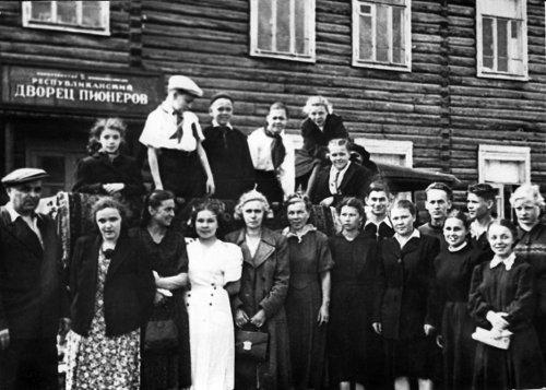 Друзья детства были уверены, что Аркадий (седьмой справа налево) станет выдающимся музыкантом. В составе школьной концертной бригады после концерта в Республиканском Дворце пионеров. Сыктывкар, начало 1950-х