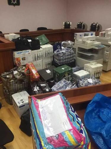При обыске в одном из жилищ (сам Захарченко утверждает, что это квартира родственницы) найдены около $125 млн и €2 млн, что составляет порядка 9 млрд евро. По некоторым данным это может быть часть суммы, похищенной в ПАО «Нота-банк», которую Захарченко передали на хранение.