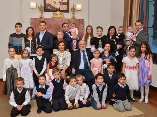 Роман Авдеев с женой Еленой и детьми